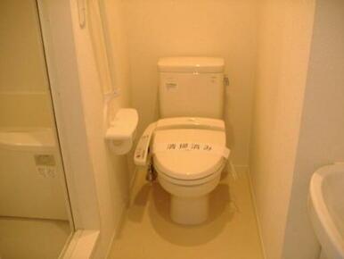 【トイレ】温水洗浄便座付きです♪手すりやペーパーホルダーもございます♪