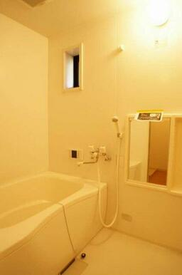 【浴室】追焚式給湯機能付きのお風呂です