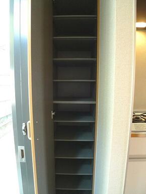【シューズBOX】床面から天井まで高さです。内部の棚板は着脱可能です。女性用ブーツも収納できます。