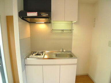 【キッチン】1口ガスコンロ付です。収納は上下セパレートタイプです。冷蔵庫は流し台セットの右側に置くこ