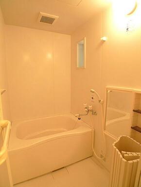 【浴室】小窓のある給湯のお風呂です。
