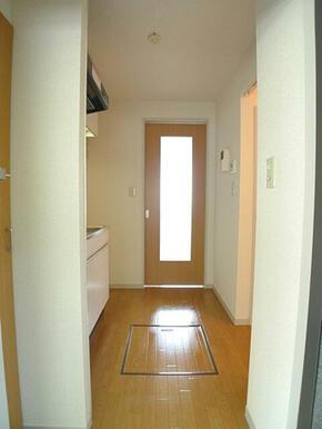 【玄関ホール・キッチン】モニターホンがあり来訪者とは画面越しに応対できます。