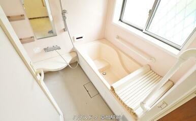 浴槽には段差があるので、いつでも半身浴が可能!湯船に浸かって日々の疲れをリフレッシュ♪