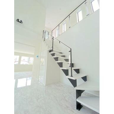 おしゃれなガラス張りのリビング階段