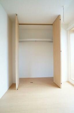 収納は天井まであり、ハンガーパイプも付いていて便利☆