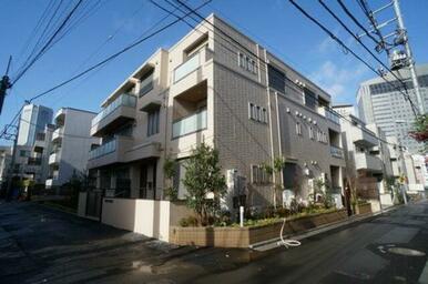 建物構造は重量鉄骨造です♪都営新宿線「新宿」駅徒歩7分。都営大江戸線「代々木」駅徒歩9分。