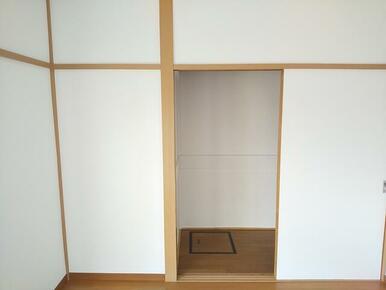 4.5帖洋室収納内に床下収納が御座います。