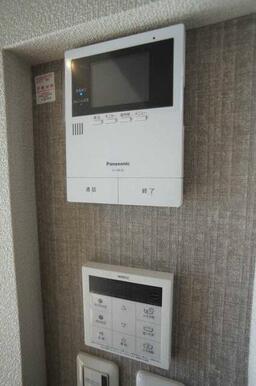 来訪者の確認が出来る安心の録画機能付カラーモニターホン付です。