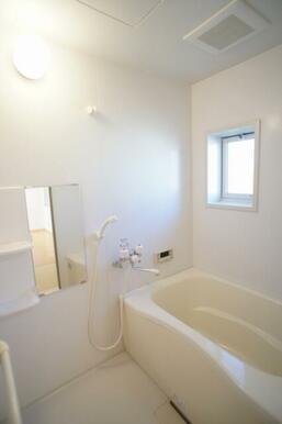 清潔感のある浴室◆お風呂は追いだき式です◆小窓があり、換気等に便利です。