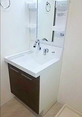 ランドリースペースを兼ね備えた洗面室。