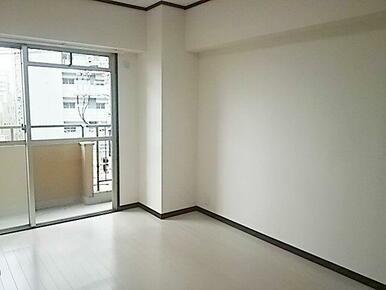 約6.0帖の洋室。こちらのお部屋からバルコニーに出られます。