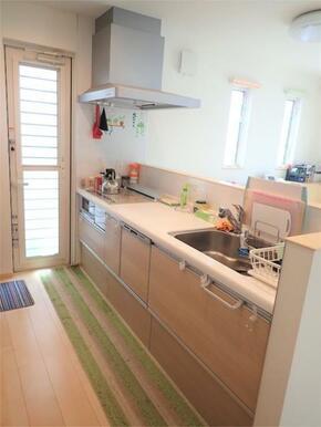 ●リビングを見渡せる対面キッチン 食洗機付き