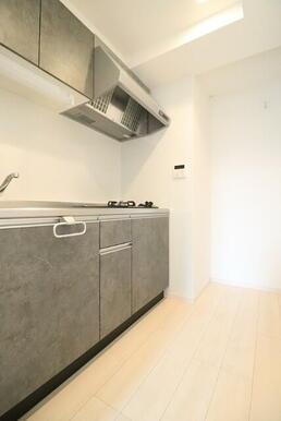 シックな色ででかっこいいキッチン♪(別号室同タイプの写真です)