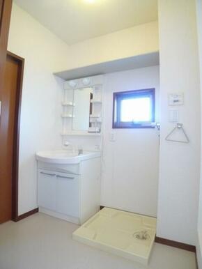 洗面台はシャワー水栓付☆窓も換気に便利です♪