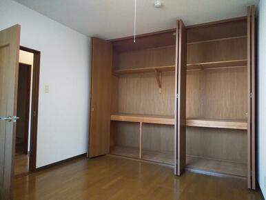 6帖洋室には2箇所の収納付き★お荷物の多い方も安心です♪