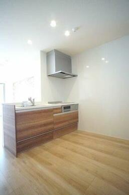 ◆キッチン◆3口IHコンロ、グリル付きのシステムキッチンです!対面式なので、お部屋の様子を伺いながら