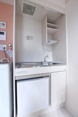 1口コンロ・ミニ冷蔵庫付のキッチン※洗濯機は残置物です。設備保証ありません。