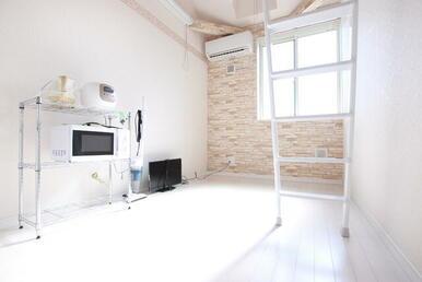 天井が高く明るい洋室※TV・炊飯器・掃除機・湯沸かしポット・ラック・電子レンジは残置物です。設備保証は