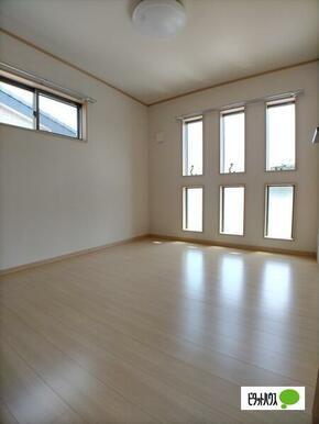 2階5.6帖洋室収納