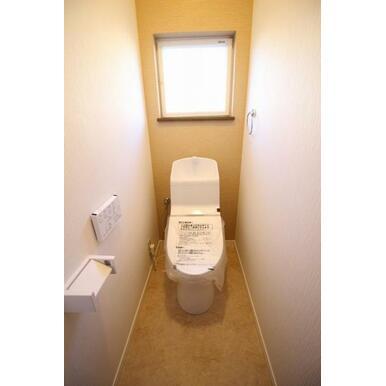 トイレ新規交換、白をベースに変貌を遂げた空間は落ち着く場です。