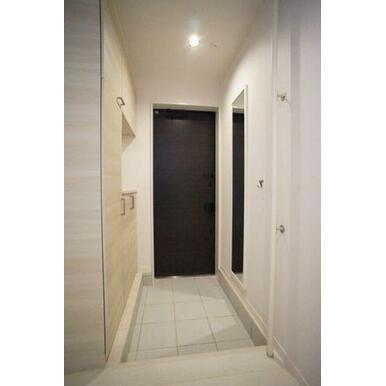 ◆玄関◆吊戸棚付きの大型シューズボックスです!全身ミラーでお出かけ前のチェックもできちゃいます☆手す