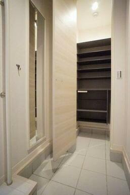 ◆玄関◆大型シューズボックスで収納力◎棚は高さが変えられるので、ブーツなど丈が長い靴も収納しやすいで
