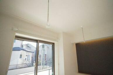 ◆洋室(6.3帖)◆室内物干しかけがあるので、雨や花粉が気になる季節に重宝します☆