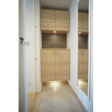 ◆玄関◆吊戸棚付きのシューズボックスです!全身ミラーでお出かけ前のチェックもできちゃいます☆手すりは