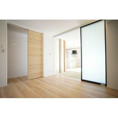 ◆洋室(6.4帖)◆スライディングスクリーンを開ければ、どのお部屋も見渡すことができ、広々と使うこと