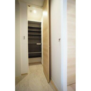 ◆玄関◆大型シューズボックスで、たくさん靴が収納できそうですね♪棚は高さが変えられるので、ブーツなど