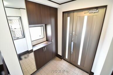玄関には備え付けのシューズボックスがございます!全身鏡もあるので、お出かけ前に全身身だしなみチェッ…