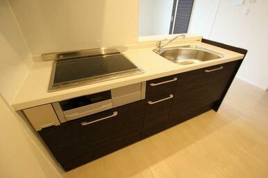 ◆システムキッチン◆IH3口コンロ・魚焼きグリル付のシステムキッチンです。