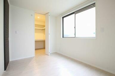 ◆洋室◆5.4帖の洋室です。洋室にはウォークイン・クローゼット・化粧幕板もついています♪洋室のシャッ
