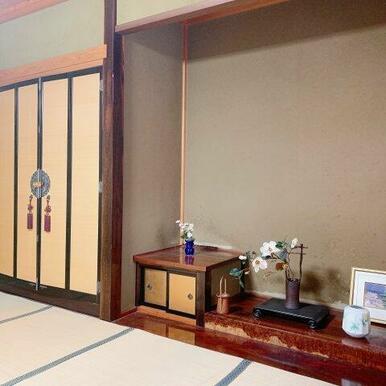 1階8帖和室。仏間・床の間があります。