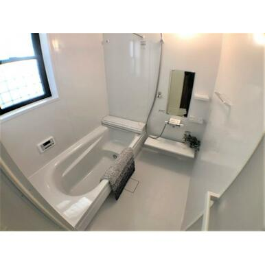 【浴室】お風呂好きに嬉しいベンチタイプの浴槽。半身浴にも最適!