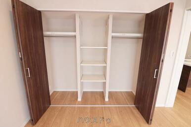6.5帖の洋室の収納です!棚は調節可能なので物に合わせて収納が可能◎またラックもあるので、お洋服も…