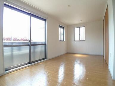 【洋室】角部屋なので窓を南側だけでなく西側にも配置しております。