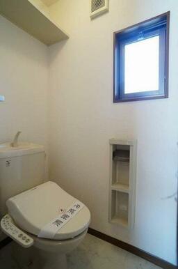 温水洗浄便座付きで、換気窓が有り明るいトイレ