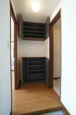 玄関ホール◆上下2段の収納あり。間のスペースは工夫次第です。