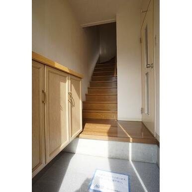 玄関ホールには大型玄関収納が付いてます。