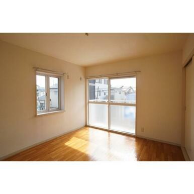 2面に窓のある明るい2階洋室です。