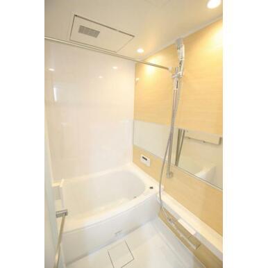 【浴室】浴室乾燥機付き!木目調デザインの癒しの空間。