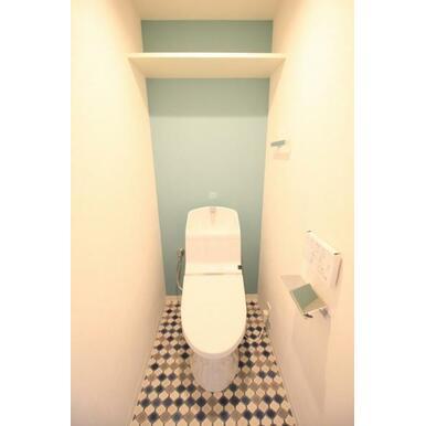 【トイレ】真っ白だと汚れが目立つ床は個性的かつ魅力的に。