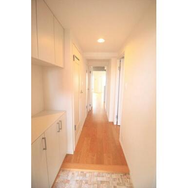 【玄関】散らかりやすい玄関は収納スペースたっぷり。