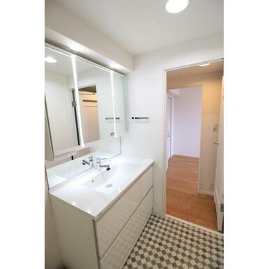 【洗面所】整髪や洗濯物の部分洗いも広く使用できる洗面台。