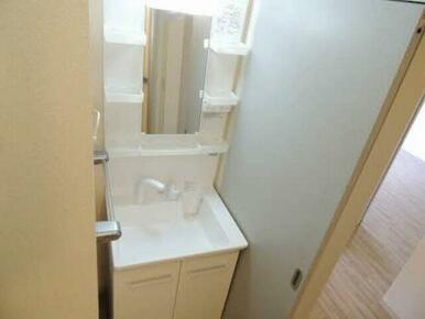 洗面化粧台は鏡の周りが棚になっておりますので毎日使う小物が置けますよ♪
