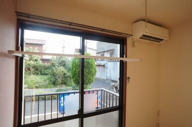 【7.4帖洋室】南側窓枠に室内用物干器具「フレクリーン」も設置しました