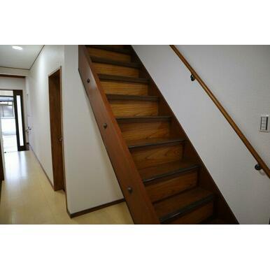 階段には手すりもあり安心ですね!