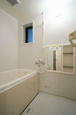 浴室には小窓が付いている為、湿気が籠りにくくなっております!1日の疲れを癒してください♪