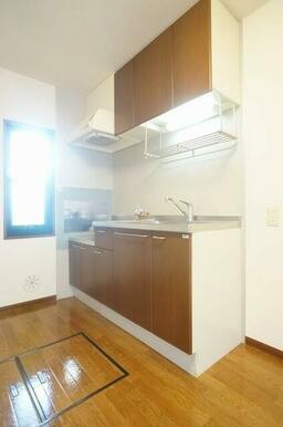 キッチンは段落ち型のセパレートキッチン仕様♪腰高の窓も付いている為、キッチスペースに日差しが入り込み